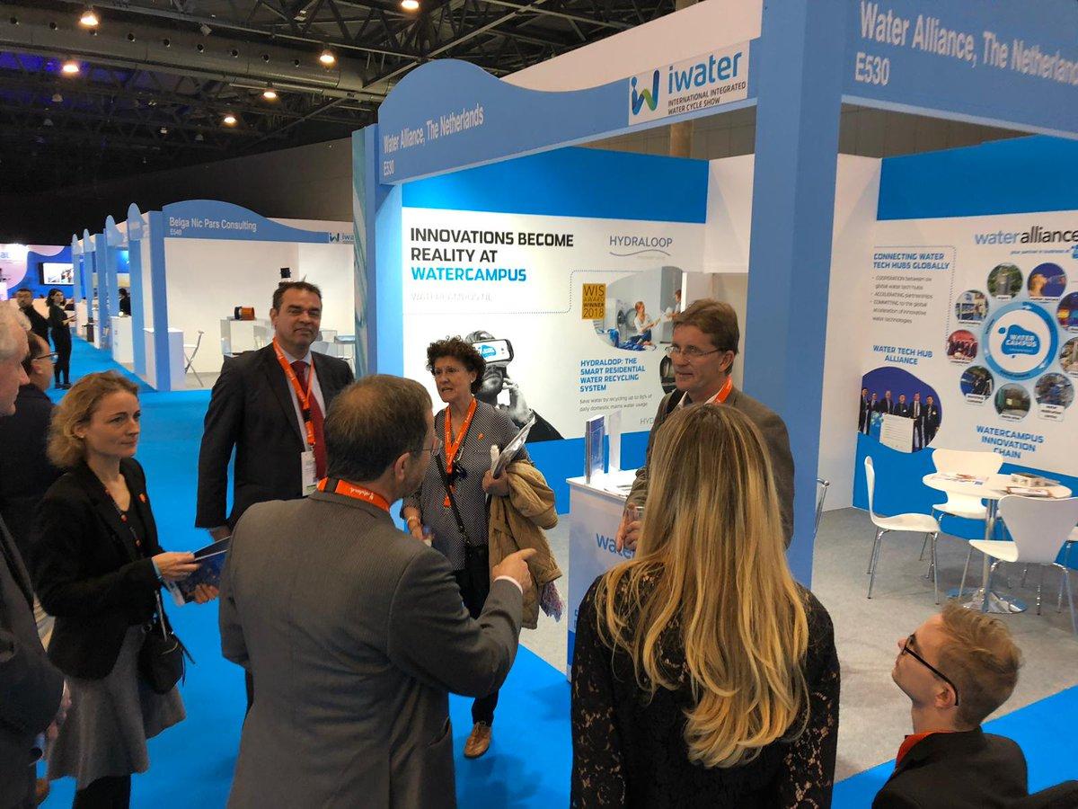 Ambassadeur Matthijs van Bonzel bezoekt stand Water Alliance