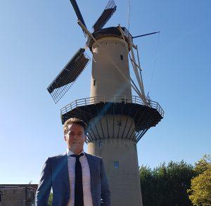 Tim van Staaij staat voor een molen